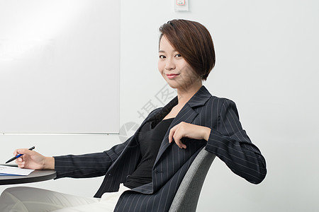 自信气场强大的职场女性图片