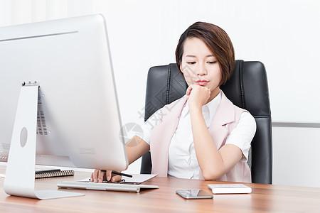 在办公室忙碌的企业高管白领图片