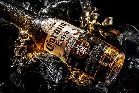 石头上的冰镇啤酒图片