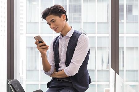 办公室坐着打电话沟通的商务男士图片