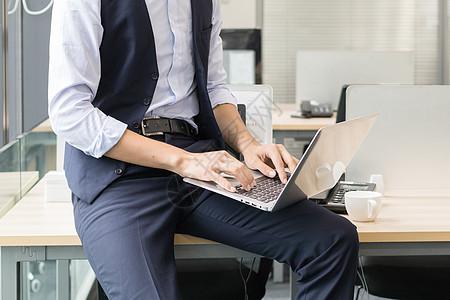 靠在办公室窗边思考办公的商务人图片