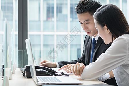 商务白领会议室讨论工作图片