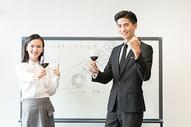 商务人士合作成功举杯庆祝图片