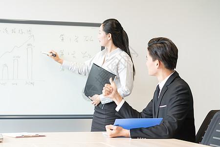 公司职员讲解工作图片