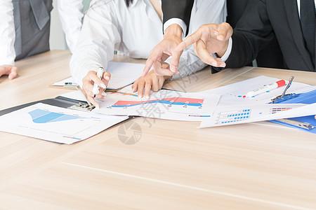 商务团队会议室讨论工作业务图片