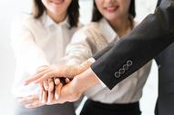 商务团队齐心协力鼓舞士气图片