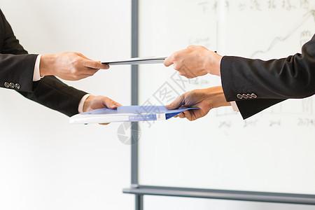 商务人士签署协议合作图片