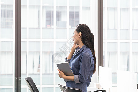 在办公室打电话沟通业务的职员图片