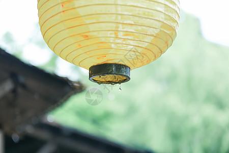 雨天有黄色灯笼的村落图片