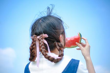 吃西瓜的女孩背影图片