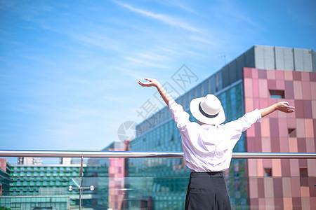 城市天台向往自由的女孩背影图片