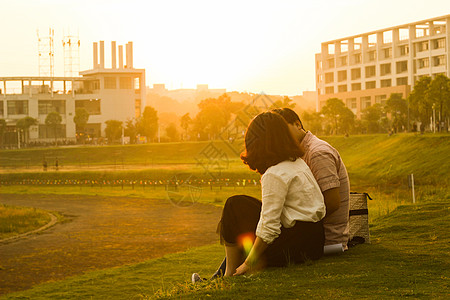 夕阳下的浪漫情侣图片