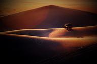 四驱车翻越沙漠图片
