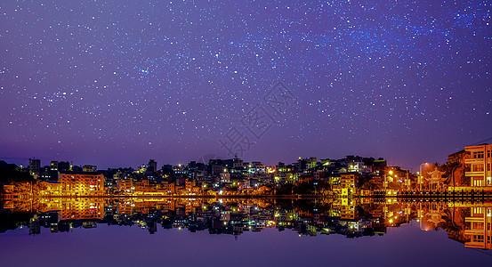 星空下的渔村夜景图片