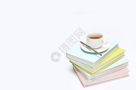 创意书籍和茶杯摆设图片