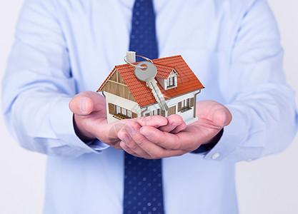 手持房子和钥匙的男人图片