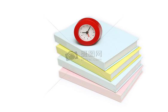 红色时钟和彩色书籍摆拍图片