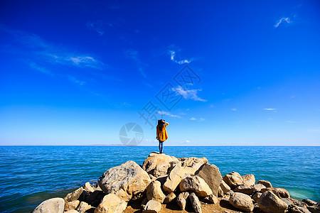 青海湖旁的女孩子图片