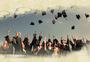 扔学士帽的毕业生们图片