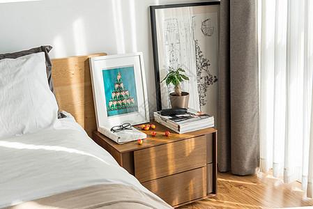 清晨阳光洒进卧室床头柜图片