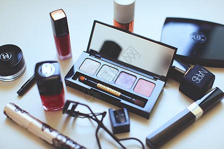 桌面上的化妆品图片