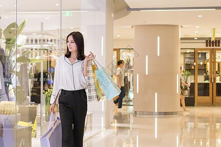 开心地购物逛街的年轻女性图片