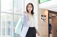 年轻女性购物逛街图片