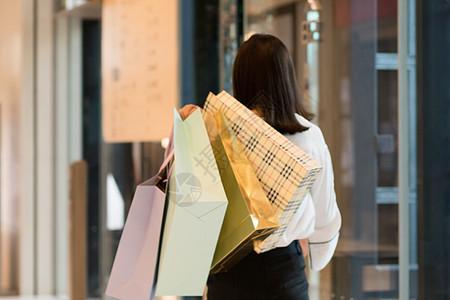 逛街购物拎着购物袋的手图片