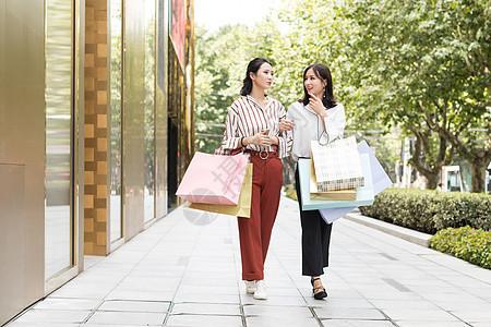 闺蜜一起开心地逛街购物图片