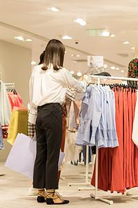 闺蜜逛街购物一起买衣服图片