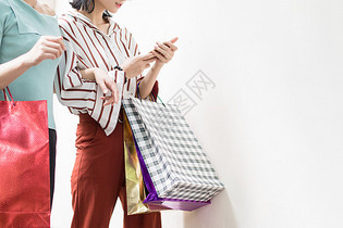购物逛街提着购物袋的时尚美女图片