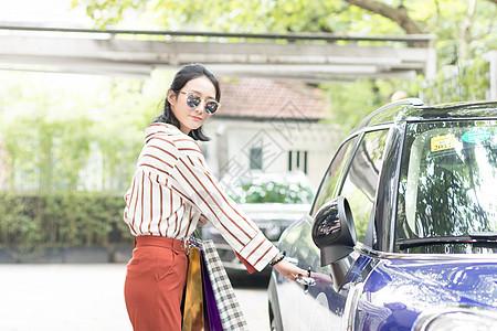美女购物逛街开车门准备开车图片