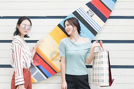 闺蜜一起开心逛街购物图片