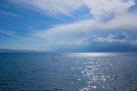 新疆赛里木湖蓝天湖泊美景图片