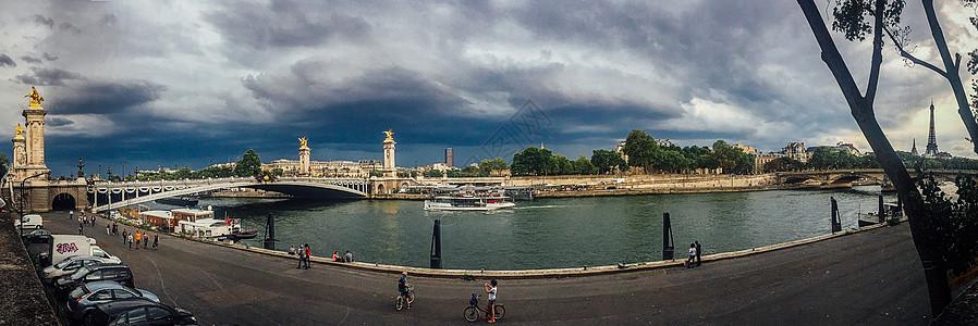 手机拍摄阴云下巴黎亚历山大三世大桥及埃菲尔铁塔全景图片