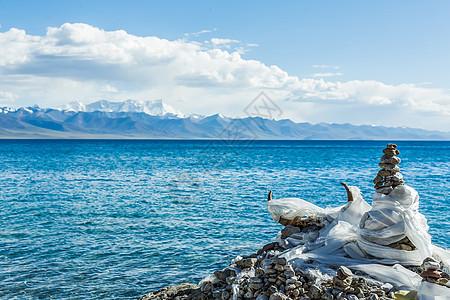 青藏高原纳木措圣湖边的玛尼堆图片