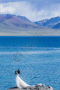 青藏高原纳木措圣湖边的新娘子图片