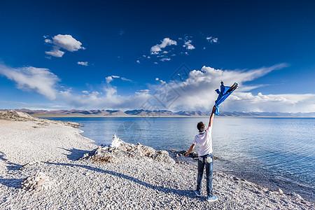 青藏高原纳木错圣湖边追风少年图片