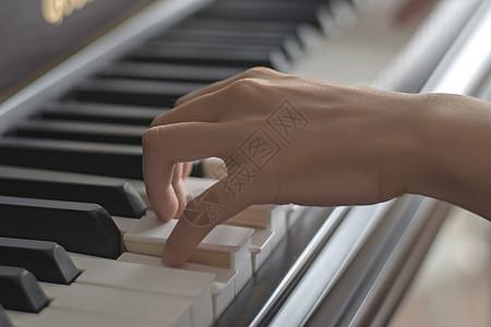 弹钢琴的手高清图片