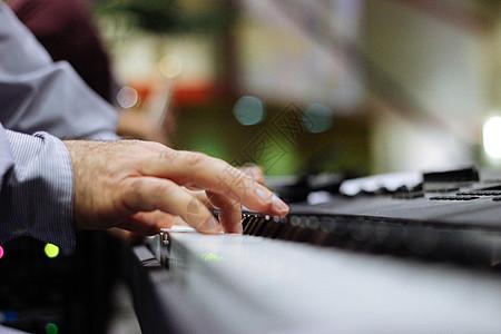 弹钢琴的手图片