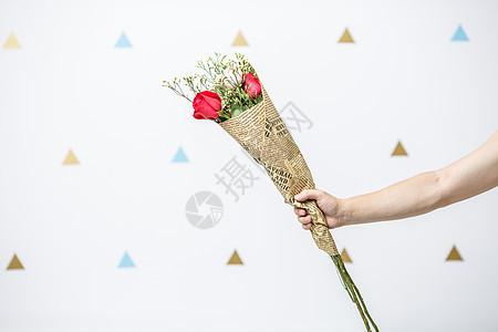 手拿一束玫瑰花图片