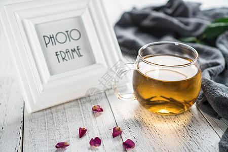 玻璃杯中剔透的茶水图片
