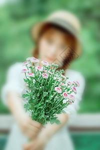 手拿一束鲜花的少女图片