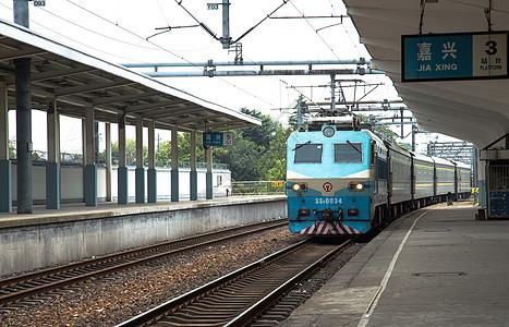 嘉兴火车站的绿皮火车图片
