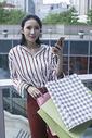 时尚美女在商场里购物逛街图片