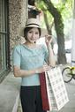 时尚美女在小资街道逛街购物图片