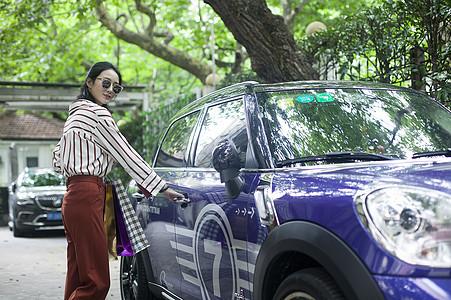女性闺蜜开豪车逛街购物图片