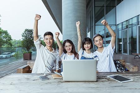 校园年轻创业团队欢呼握拳图片
