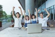校园年轻创业团队开心欢呼图片