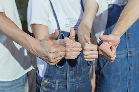校园创业团队举大拇指图片